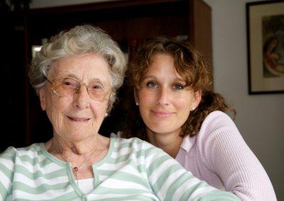 Portrait Seniorin mit ihrer sorgenden Enkelin